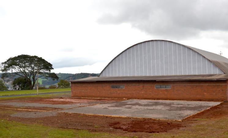 Governo Municipal constrói quadra esportivano Centro Esportivo Municipal