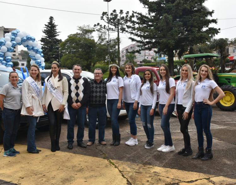 Candidatas à Rainha do Município de Getúlio Vargas 85 Anos participam de desfile de carro pela cidade