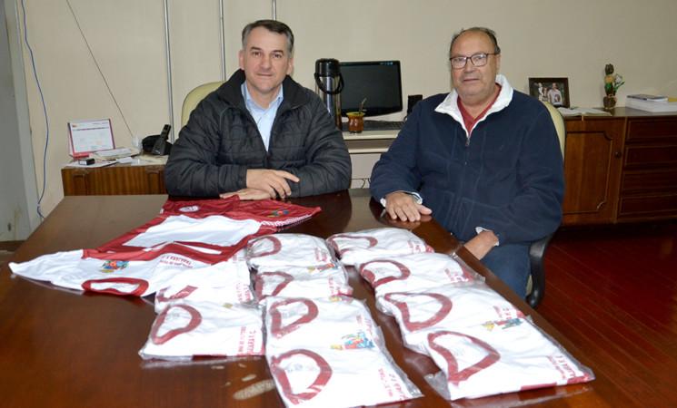 Governo Municipal doa fardamento para a Escolinha de Futebol do Tabajara Futebol Clube