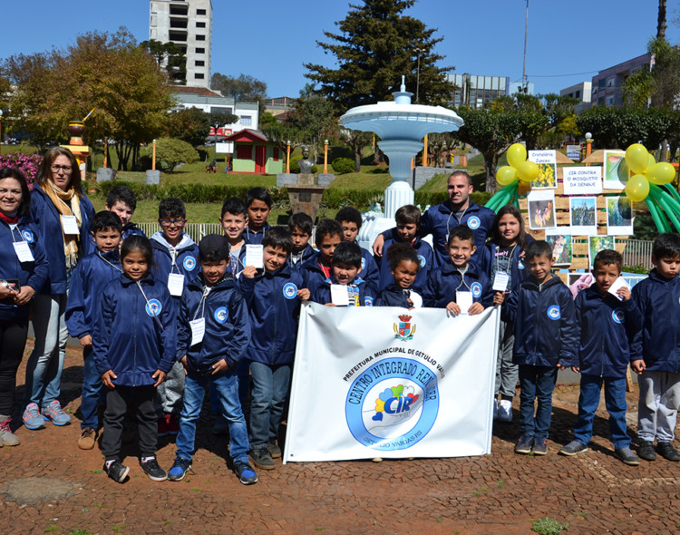 Mais de 1.000 sementes de Crotalária foram distribuídas à comunidade pelas crianças do CIR