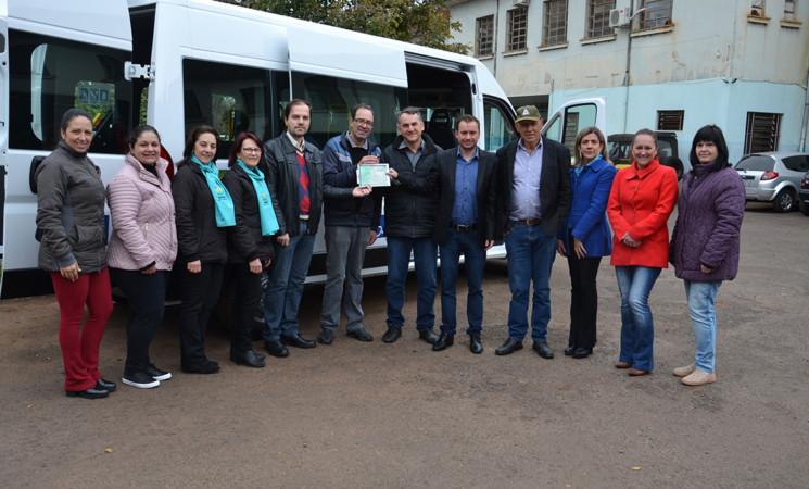 Governo Municipal entrega oficialmente veículo adaptado à APAE de Getúlio Vargas