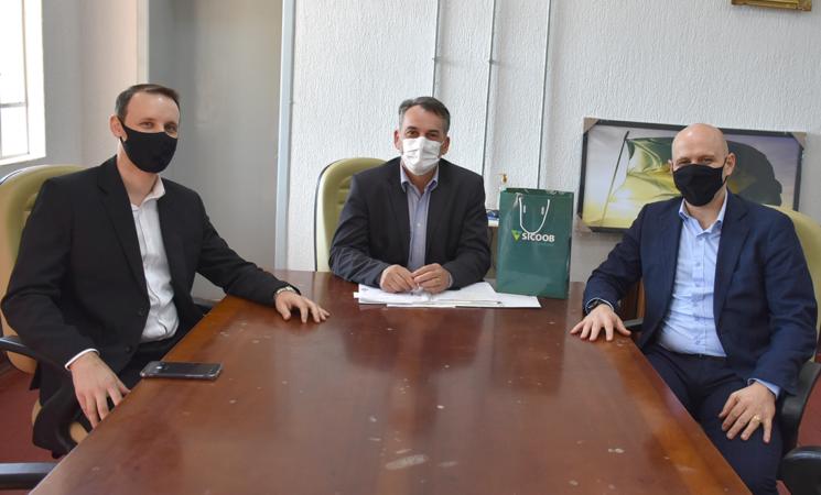 Prefeito de Getúlio Vargas recebe visita do Sicoob Crediauc