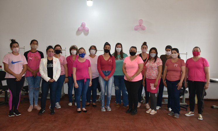 Integrantes do curso de costura básica industrial da Prefeitura de Getúlio Vargas aderem ao Outubro Rosa
