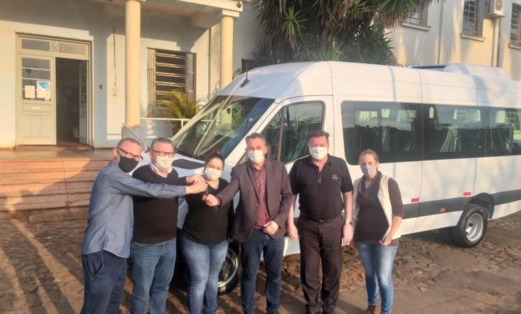 Governo Municipal adquire uma nova Van para a Secretaria Municipal de Saúde e Assistência Social